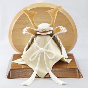 五月人形 兜 兜飾り WHITE STYLE ちりめん兜 (白金) 金鍬 高級木材使用台屏風 コンパクト おしゃれ|marutomi-a