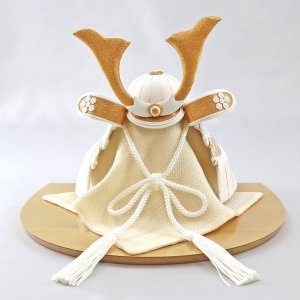 五月人形 兜 兜飾り WHITE STYLE ちりめん兜 (白金) 金鍬 ハードメイプル突板 半円形敷板 コンパクト おしゃれ|marutomi-a