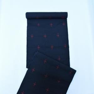 大島紬とは (1) 奄美大島(鹿児島県)を本場生産地(発祥の地)とする絹織物で日本の民族衣装を代表す...