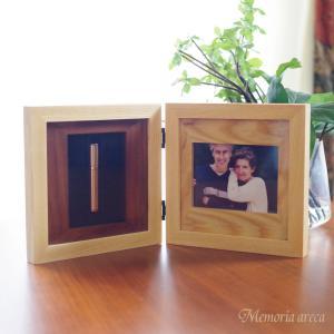 ミニ骨壷が納まった写真立て メモリアルフォトスタンド ウッドシリーズ [ダブルフレーム]|memoriaareca