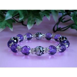 アメジストとは、 クオーツの一種で、含有する鉄やアルミニウムによって紫色になります。火成岩が冷えた時...