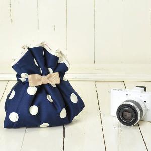 カメラ女子♪ミラーレス一眼カメラが入る!かわいいラッピングクロス「カメラのくるみん」 レディー紺ドット|mi-na