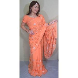 柔らかい珊瑚色のシフォンにクリスタルストーンを中心としたオレンジと銀糸で花が刺繍された可愛いサリー sar347|mifashion