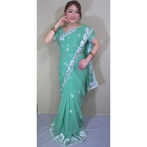 落ち着いた緑色のシフォンに緻密なペイズリーの刺繍が銀と白の糸で施されたゴージャスな大人のサリー sar354|mifashion