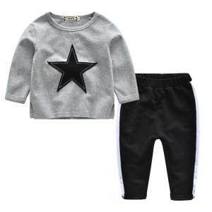 長袖トレーナー&長ズボンのキッズ用上下二点セットです。 普段着やルームウェアとして幅広くお使いいただ...