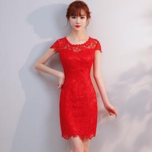 花柄のレースのデザインが大人女子を上品に演出してくれるタイトなワンピースドレスです。半袖と5分袖2タ...