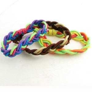 カラフルなゴム製の紐を編みこんだブレスレット ゴム製ですのでサイズはフリーです。 素材:ゴム製紐 太...