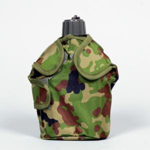 陸上自衛隊迷彩モデル。官品の水筒に合う大きさの水筒覆いです。生地はナイロン製で撥水・防水加工を施して...