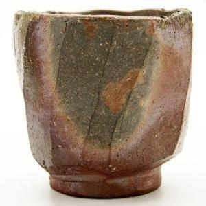 側面の窯変と面取りの形が特徴的で山道型の蛤口が美しい酒器です。大胆で骨太な面と、繊細で柔らかな印象の...