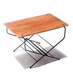 コンパクトな設計ながら様々な用途で活躍するファイヤーサイドテーブル。焚き火をしながらサイドテーブルと...