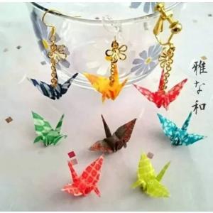 桜・かすり・花火柄の千代紙を丁寧に折った折り鶴とフラワーパーツがチェーンでゆれるハンドメイドのピアス...