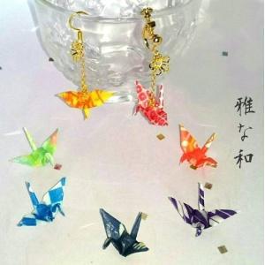 千代紙を丁寧に折った折り鶴とフラワーパーツがチェーンでゆれるハンドメイドのピアス・イヤリングです。両...