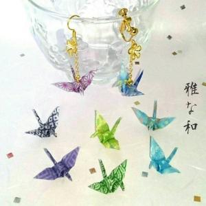 涼しげな青色系の千代紙を丁寧に折った折り鶴とフラワーパーツがチェーンでゆれるハンドメイドのピアス・イ...