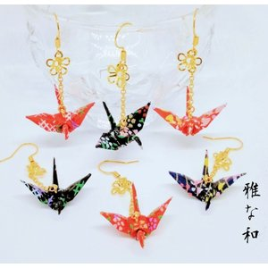 紅(赤)と藍(紺)の友禅和紙を丁寧に折った折り鶴とフラワーパーツがチェーンでゆれるハンドメイドのピア...
