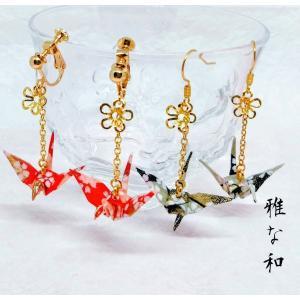 市松模様に黒、赤、金色、桜柄の友禅和紙を丁寧に折った折り鶴と花パーツのハンドメイドのイヤリングとピア...
