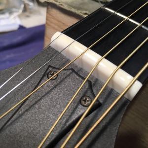 大切なギターの弦交換は、ギター専属スタッフにお任せください。こちらの商品は、アコースティックギターの...