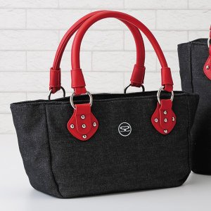東京表参道のカジュアルブランド サボイ。  幅広い年齢の方に人気のヨコ型手提げバッグです。  シック...