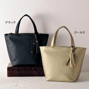 シンプルデザインでスタイルを選ばない手提げバッグはタッセル使いがポイント。  (約)/タテ22×ヨコ...