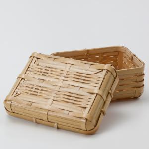 天然竹を丁寧にゴザ目に編み込んで、可愛らしいバスケットのお弁当箱ができました。 竹製ですので、とても...