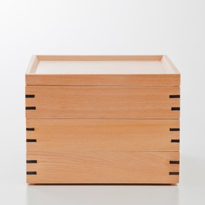 白木の3段重箱です。 箱としての強度を増すため、四隅に「ちぎり」を打ち込んでいます。 ちぎりがアクセ...