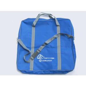 ●公式輪投げセットを収納するキャリーバッグです。 ●内側は2か所にポケットがあります。大きめの方には...