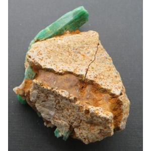 11574 エメラルド 緑柱石 六角柱状結晶 母岩付 パキスタン産 : 瑞浪鉱物展示館 【送料無料】|mm-museum