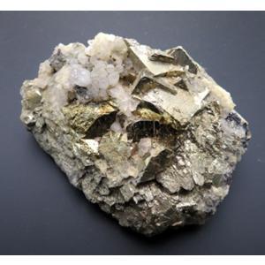 15670【国産鉱物】 黄鉄鉱六面体 一辺15mmの大型結晶 フレッシュ 強い光沢、阿仁鉱山産 : 瑞浪鉱物展示館 【送料無料】|mm-museum