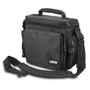 DJブースにて素早いセッティングと取り回しを実現した、パーフェクトサイズのスリングバッグ