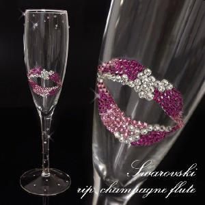 ピンクミックスのスワロで贅沢にデコレーションされたシャンペングラス  特別な時間を飾るとっておきのグ...