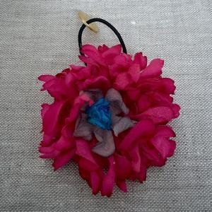 花ゴム(中) ハンドメイドのヘアゴム おしゃれ 赤紫 バイオレット ピンク 青 かわいい キッズ コサージュ 大人 手染め 造花 ベロア チャーム|moderaseekboutique