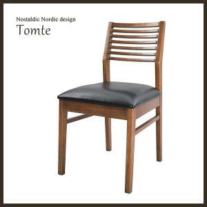 トムテダイニングチェアは天然木アッシュ材を使用しています。座面にはブラック色のレザーを背もたれ部分は...