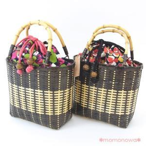 しっかりと編まれたカゴに、持ちやすいバンブー(竹)の持ち手の、上質なカゴバッグです。ラフなタッチで描...