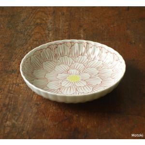 渓山窯ならではの、繊細なタッチで描かれた、上品な菊型皿です。 少し深みがあるので、汁気のあるものでも...