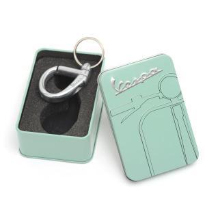 ベスパ カラビナ キーリング Vespa Carabiner Keyring(Tin BOX入り)(キーホルダー メンズ 金具 鍵 車 ストラップ 小物 雑貨)(まとめ買いで送料無料) motormagazine