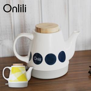 商品説明:テーブルの上に並べられた食器とよくなじむおしゃれな陶器の電気ケトル。家電製品なのにそれを全...