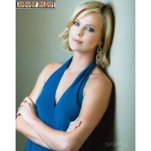 ブロマイド写真(外国製) シャーリーズ・セロン/ポートレート/青いドレスで腕を組む