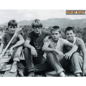 ブロマイド写真(外国製)『スタンド・バイ・ミー』/線路に座る4人/リバー・フェニックス、コリー・フェルドマン、ジェリー・オコネル、ウィル・ウィートン