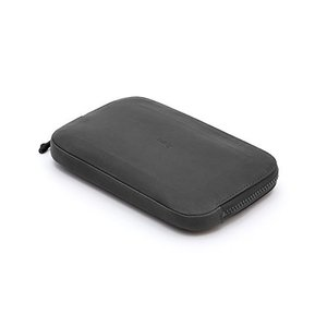 iPhone Plus(または同等サイズ品)、パスポート、現金、カード12枚まで 内側に鍵、小銭、ケ...