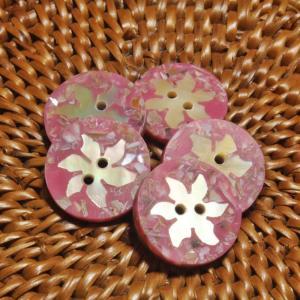 貝ボタン バリ島雑貨 丸樹脂型桃色花模様/2穴/φ15mm/t2mm 1個入|mutasan