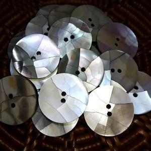 貝ボタン バリ島雑貨 丸樹脂型ひび割れ模様/2穴/φ20mm/t2mm 1個入|mutasan