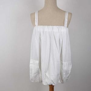 白いバルーンキャミソール。 素材は綿100%で、肩紐はスカートの紐のようなシンプルな少し幅広の白い紐...