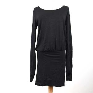 真っ黒い長袖ワンピース。 素材はレーヨン97%、ポリウレタン3%ですが、全体に、よく見ると分かるぐら...