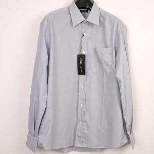 シンプルなライトグレーのメンズカッターシャツ。いわゆるスーツの中に着るワイシャツです。 素材は綿10...
