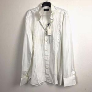 イタリア製コットン100%の真っ白な光沢の美しいドレスシャツ。 襟の先が折り返された、「ウィングカラ...