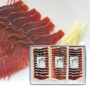 「鮭の酒びたし」は雄の秋鮭と塩のみを原料に、真冬の寒風から初夏の梅雨まで半年余りの時間をかけ独特の風...