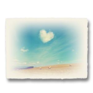 おしゃれな和紙のインテリアアートパネル「ハートの雲と牧草ロールの丘」(18x24cm)|natum