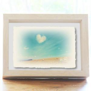 手漉き和紙の立体アートフレーム「牧草ロールの丘の白い椅子と青空に浮かぶハートの雲」(20x15cm)|natum