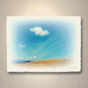 アート パネル 風景 和紙「牧草ロールの丘の上に浮かぶ雲」(18x13.5cm)|natum