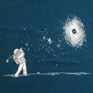 おもしろTシャツ 宇宙で気ままにLet's GOLF!1〜18番ホールの次はブラックホール!「ブラックホールインワン」 宇宙飛行士デザインTシャツ|neigh