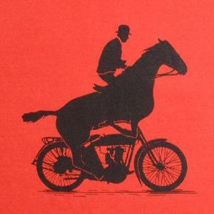 おもしろTシャツ バイクに馬を跨がらせて乗馬!?つまりコレって...!「IRON HORSE(鉄馬)」 デザインTシャツ|neigh